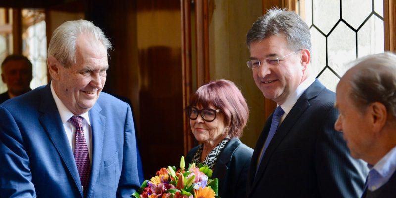 Miloš Zeman si v důvěře občanů pohoršil, většina lidí mu nevěří