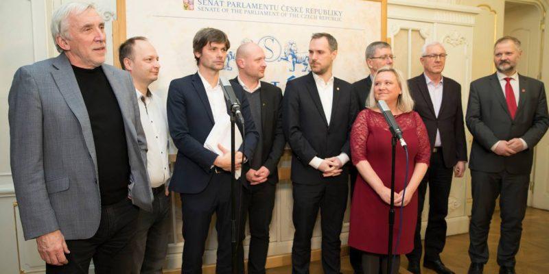 Senátoři rozšíří žalobu na Zemana o nečinnost při odvolání Staňka